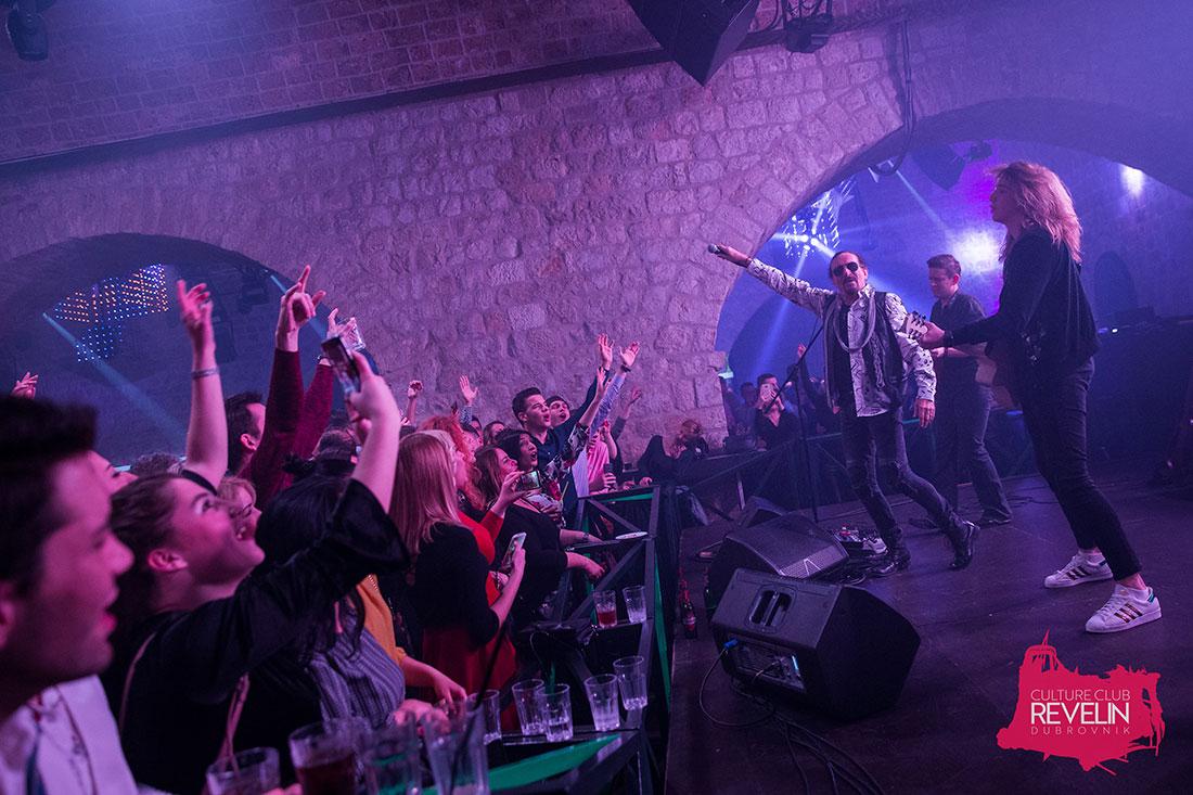 pupblika pjeva uz Željka Bebeka u Revelinu, Dubrovnik 2018.