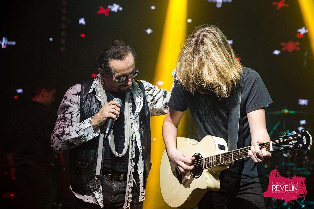 Željko Bebek i gitarist na pozornici Revelina