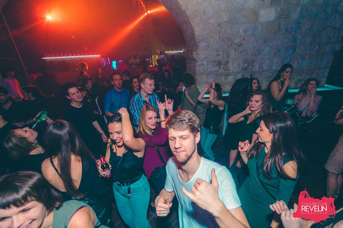 plesna atmosfera uz hitove trash glazbe, klub Revelin